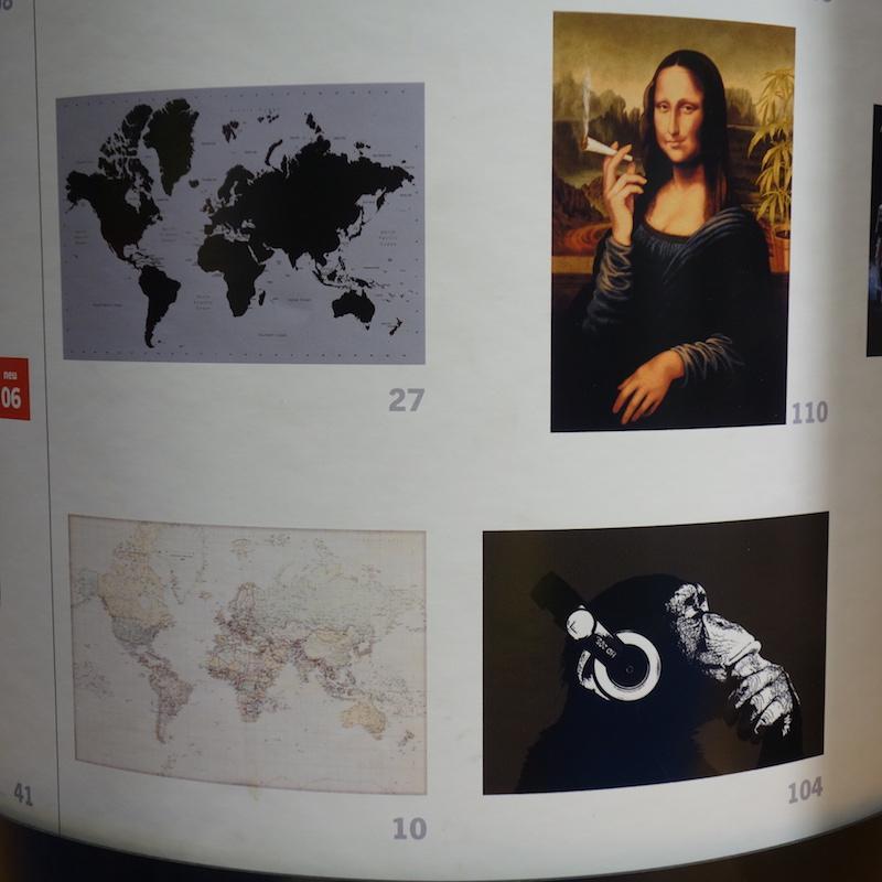 mehrere Poster Mona Lisa mit Joint, Affe mit Kopfhörer, Weltkarten